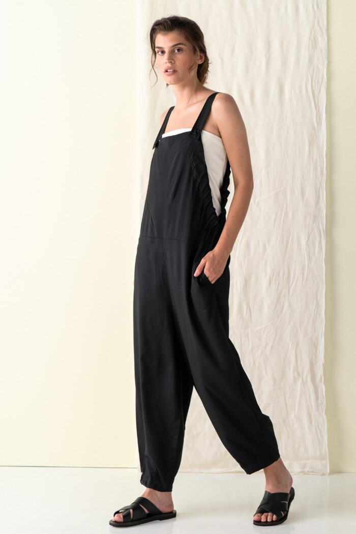 BLACK CRETE SLEEVELESS JUMPSUIT